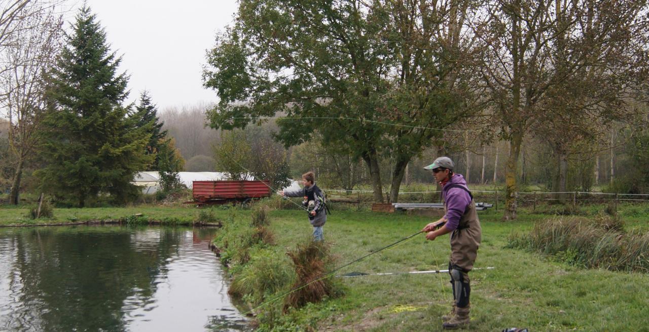 Pêcheurs de profil en action de pêche