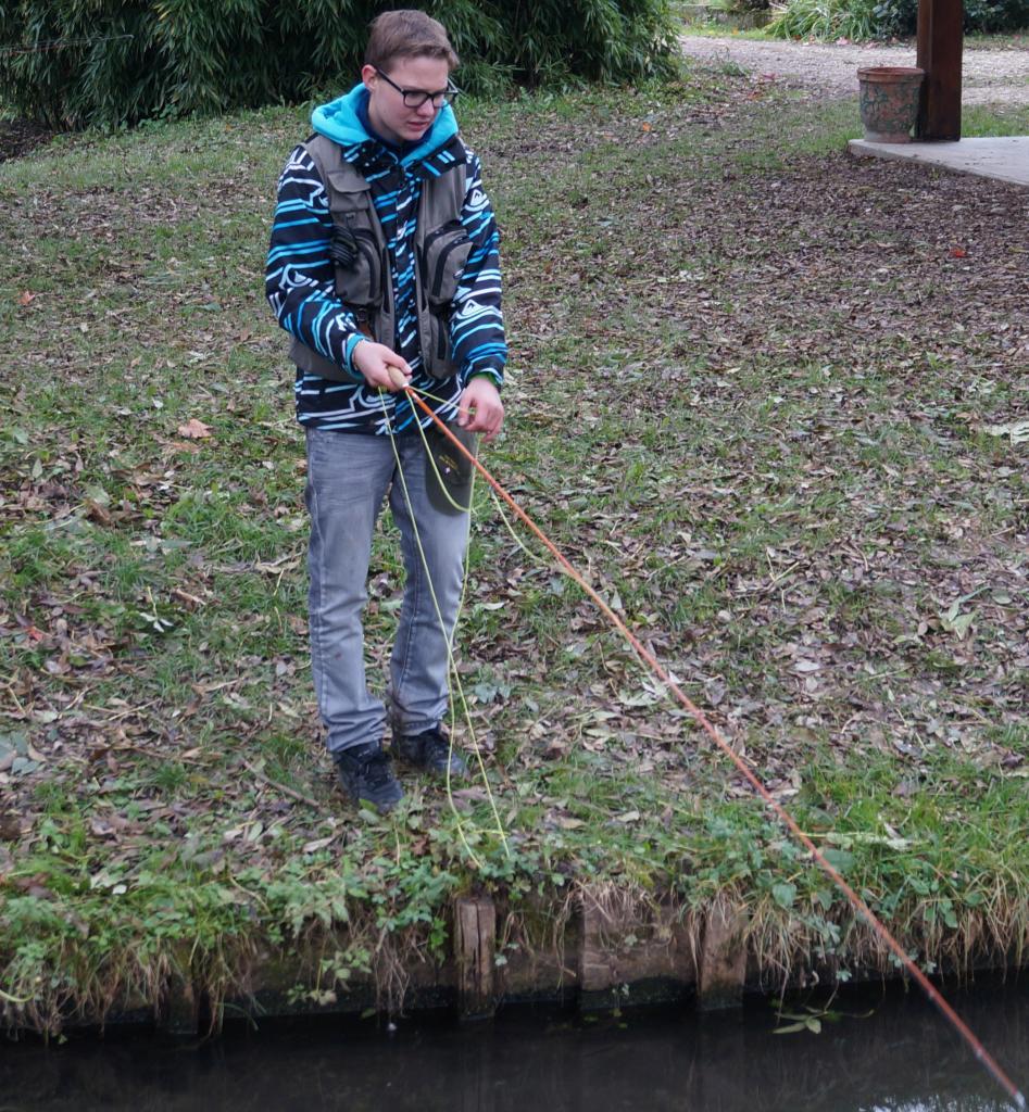Jeune  en action de pêche dans l'un des nombreux canaux