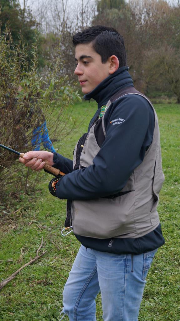 Jeune en action de pêche